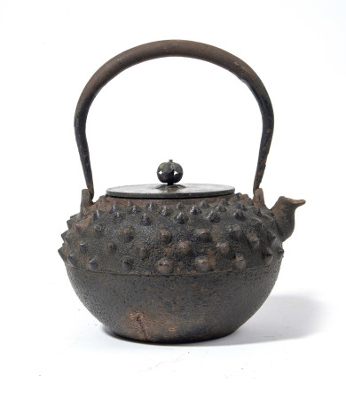 Bouilloire en fer (tetsubin) à motif grêlé, son couvercle en bronze signé [...]