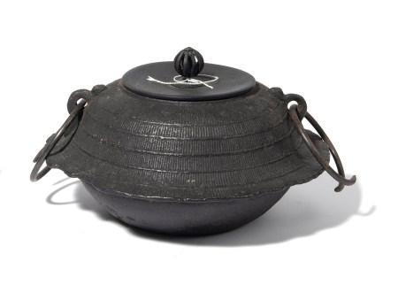 Bouilloire à thé en fer, en forme de  - mont Fuji. Période Meiji.  - A Fuji-shaped [...]
