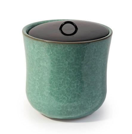 Lot de deux récipients à eau (mizusashi): un à glaçure verte craquelée, avec un [...]