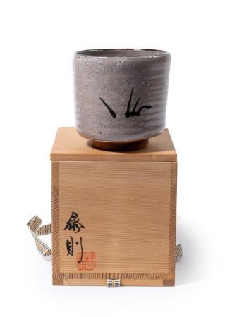 Lot de trois bols à thé (chawan) :  - Un en céramique de Shino, à glaçure lilas [...]