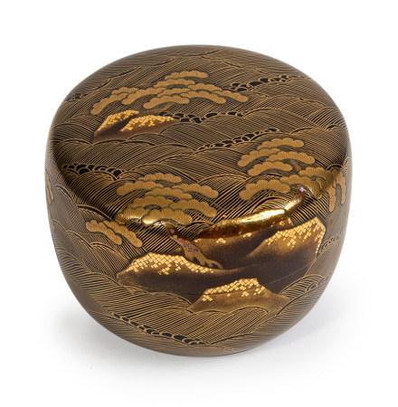 Natsume à décor de pins et vagues en laque Makie dorée, l'intérieur en laque [...]