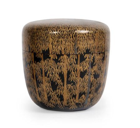 Petit Natsume à décor de bambous en laque Makie or, sur fond noir. Laqué noir à [...]