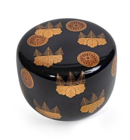 Natsume plat laqué noir (hira natsume) à motifs de Paulownia et Chrysanthème [...]