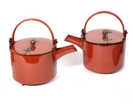 Lot de deux pots sake laqués rouge cinabre, avec un couvercle pliable. Dans une [...]