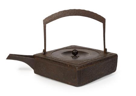 Récipient à sake carré en fer (chōshi), son bec placé au coin, avec une poignée [...]