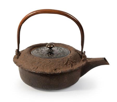 Récipient à sake en fer en forme de gousse de fleur de lotus, son couvercle en [...]