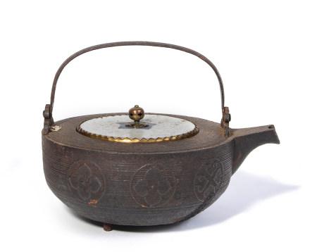Récipient à sake en fer (manabe), son couvercle en porcelaine bleue et blanche, et [...]