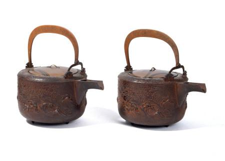Lot de deux récipients à sake en fer (chōshi) à décor d'un dragon dans l'eau [...]