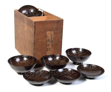 Lot de huit bols laqués noir avec couvercle ( suimono wan) à décor d'aiguilles [...]
