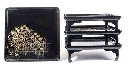 Lot de quatre tables basses zen laquées noir, à décor de feuilles d'automne et [...]