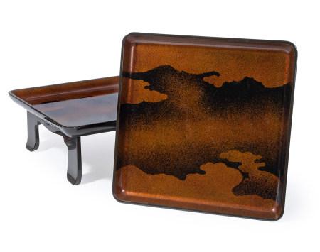 Lot de cinq tables basses zen laquées noir, à décor de nuages de style Tosa, en [...]