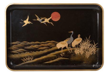 Plateau laqué noir (hakki) à décor de grues et d'un soleil levant rouge, en [...]
