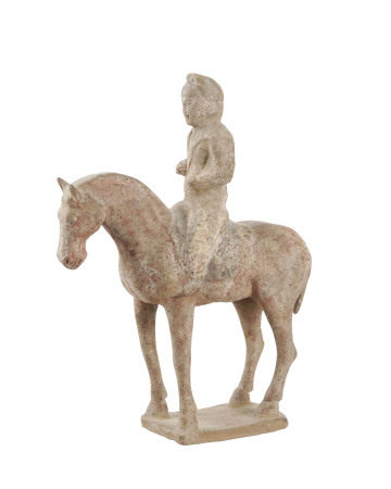 Cavalier en terre cuite, Chine, probablement dynastie Tang, le cheval debout sur un [...]