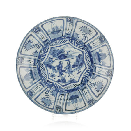 Plat en porcelaine Kraak, Chine, dynastie Ming, centre décoré de personnages dans [...]