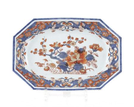 Ravier octogonal en porcelaine Imari, Chine, XVIIIe s., décor de fleurs, l. 28 cm  - [...]