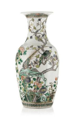Vase en porcelaine famille verte, Chine, dynastie Qing, décor de fleurs, rochers et [...]