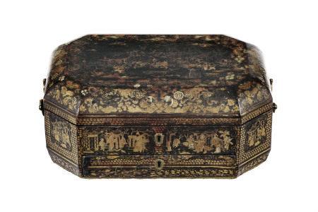 """Coffret à ouvrage en laque, Chine, Canton, XIXe s., décor """"deux ors"""" de personnages [...]"""