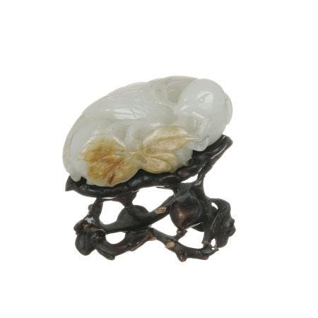 Oiseau à la branche de fruits, sculpture en jade pâle et rouille, Chine, avec socle [...]