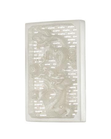 Plaque ajourée en jade pâle, Chine, décor en relief de dragon chassant la perle [...]