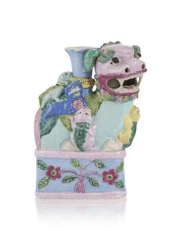 Chien de Fô et ses quatre petits en porcelaine famille rose, Chine, probablement [...]