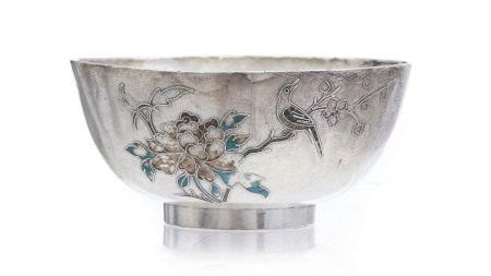 Bol en argent avec rehauts d'émail, Chine, fin du XIXe s., décor de fleurs et [...]