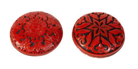 2 boîtes lenticulaires en laque cinabre et noire, Chine, XXe s.,  décor de fleurs [...]