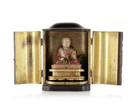 Zushi (autel portatif) en bois laqué renfermant une statue de Nichiren assis en [...]