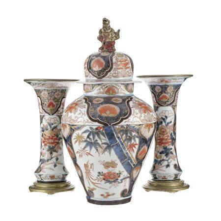 Garniture de cheminée à 3 pièces en porcelaine Imari, Japon, époque Meiji, [...]