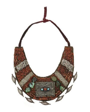 Collier en corail, turquoises, perles (non testées), métal et os, Inde, Ladakh, [...]