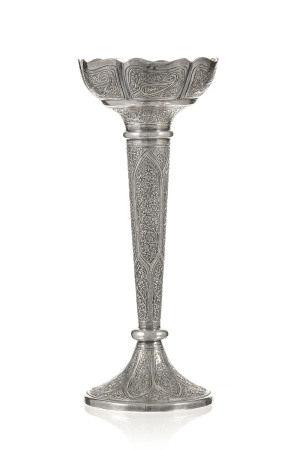 Vase en argent, Inde, Cachemire, XIX-XXe s., décor de rinceaux de fleurs, h.17,5 cm, [...]