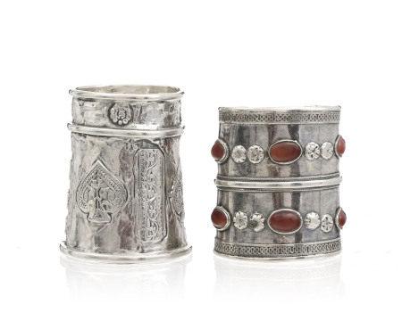 2 bracelets rigides en argent, Inde, un décoré d'oiseaux, fleurs et motifs [...]
