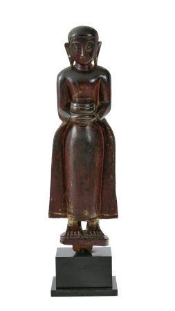 Disciple debout, sculpture en bois laqué, Birmanie, tenant un bol à aumônes, [...]