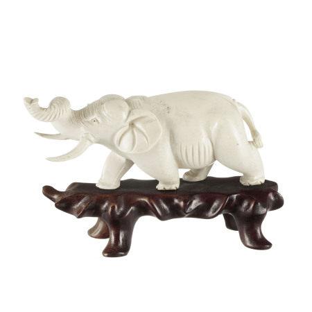 Éléphant, sculpture en ivoire, probablement Vietnam, début du XXe s., sur socle en [...]