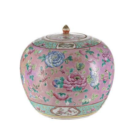 Jarre couverte en porcelaine, Peranakan, c. 1900, décor de fleurs, insectes et [...]