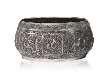 Bol en argent, Thaïlande, XIX-XXe s., décor d'animaux dans des cartouches, sur fond [...]