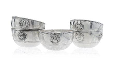 Collection de 5 bols en argent, Thaïlande, XXe s., décor de divinités et [...]