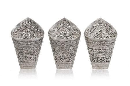 Collection de 3 porte-bétels en argent, Thaïlande, c. 1900, décor d'oiseaux et [...]
