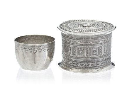 Bol et boîte à bétel circulaire en argent, Laos ou Birmanie, c. 1900, le bol [...]