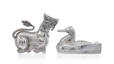 2 boîtes à bétel en argent, une anatidaeforme et un Singha, Cambodge ou [...]