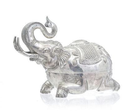 Boîte à bétel en argent en forme d'éléphant, Cambodge, années 1980, richement [...]