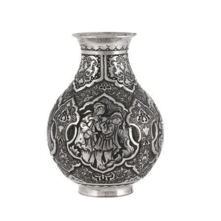 Vase en cuivre argenté, Iran, XIXe-XXe s., décor de personnages dans des [...]