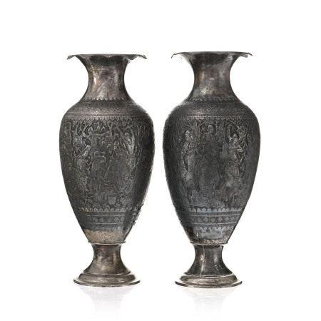 Paire de vases en argent, Iran, XXe s., décor de fêtes villageoises en argent [...]