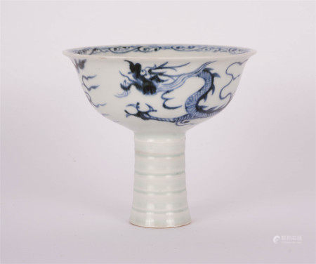A CHINESE BLUE AND WHITE PORCELAIN DRAGON PATTERN HIGH LEG CUP