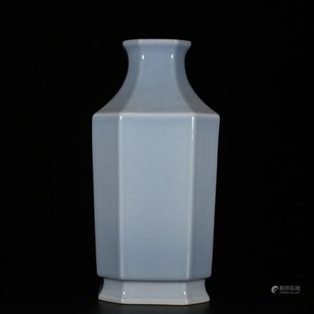 Yongzheng of Qing Dynasty            Sky blue glaze square vase