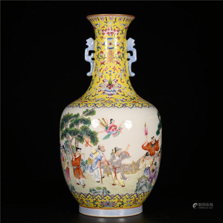 Jiaqing of Qing Dynasty            Famille rose figure bottle