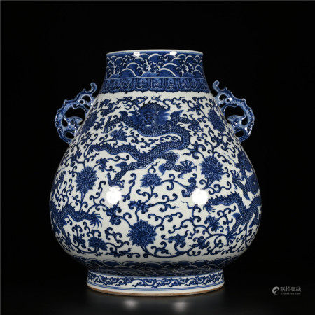 Qianlong of Qing Dynasty            Blue and white bottle with dragon pattern