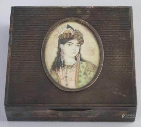 Miniature persane figurant le portrait d'une princesse, ornant le couvercle d'une boîte en arge