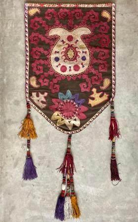 Bannière Lakai Broderie de soies polychromes, coton Asie Centrale, circa 1900  Broderie pentago