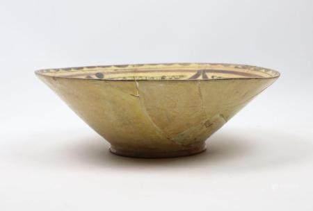 Coupe polychrome à décor floral Céramique argileuse à décor polychrome sous glaçure incolore tr