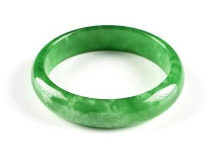 A CHINESE APPLE GREEN JADEITE JADE BANGLE BRACELET, MID TO L